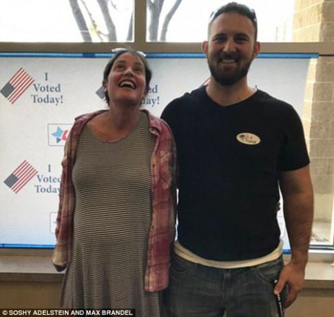 Đang trong cơn đau đẻ, mẹ vẫn cố bỏ phiếu trước khi nhập viện