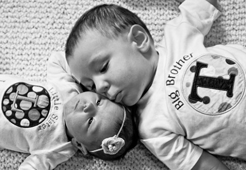 Dành cho mẹ hai con: mẹo để trẻ lớn thích nghi nhanh với em bé mới sinh
