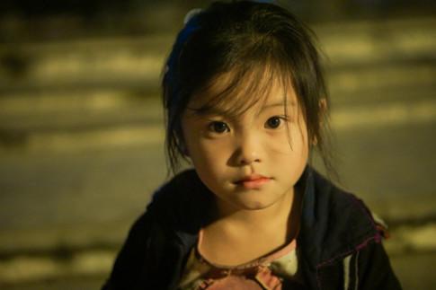 Đôi mắt trong veo của bé gái Sapa này sẽ thu hút bạn ngay từ bức ảnh đầu tiên