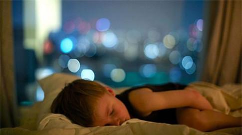 """Giật mình """"thon thót"""" trước mặt trái của việc bật đèn ngủ cho trẻ"""