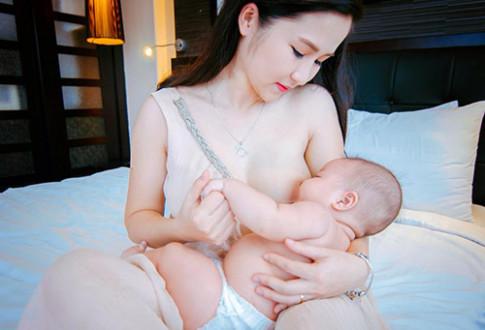 Hai bà mẹ Việt ngực trần cho con bú gây bão mạng