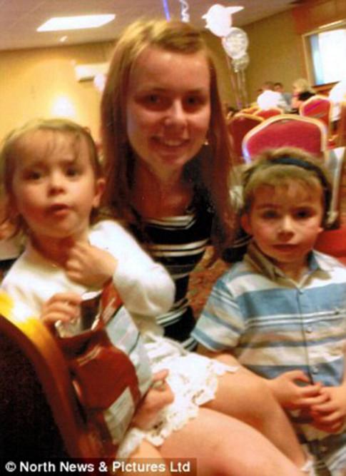 Hai đứa trẻ ở bên người mẹ đã tử vong suốt đêm vì nghĩ mẹ chỉ đang ngủ