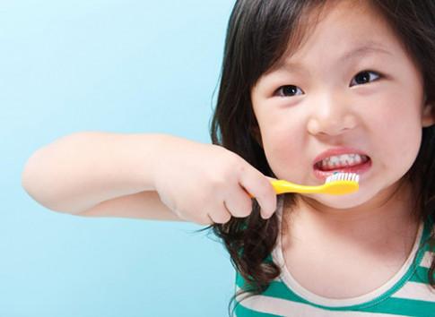 Khi nào mẹ cần bắt đầu chăm sóc răng cho trẻ?