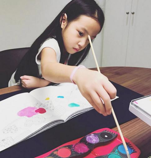 Lâm Tâm Như còn đang bầu, con gái Triệu Vy đã sắp thành đại mỹ nhân giống mẹ