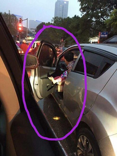 """Mưa lạnh, đường tắc, ông bố cho con """"bĩnh"""" ngay trên phố khiến dân mạng tranh cãi kịch liệt"""