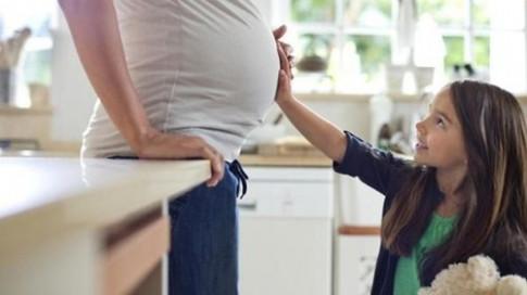 Nếu mẹ sắp sinh thêm em bé, hãy chắc chắn làm đủ những điều này với con lớn
