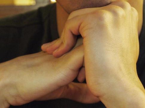 Nguồn gốc của tiếng động 'rốp rốp' khi bẻ khớp ngón tay đã được xác định
