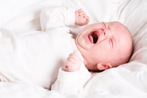 Nguy hiểm khôn lường khi mẹ để mặc con tự khóc thì tự nín