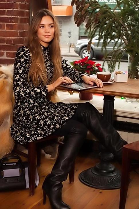 Nữ ký giả thời trang mặc gì đầu năm?