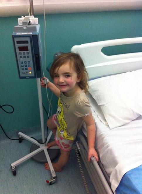 Sơ cứu vết xước đầu gối sai cách, bé gái phải phẫu thuật... tim