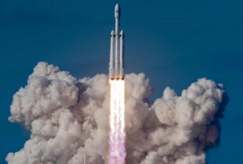 SpaceX và tỉ phú Elon Musk đi vào lịch sử với chiếc xe đầu tiên bay trong vũ trụ