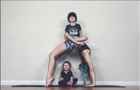 Thân hình bà mẹ 2 con siêu hot khiến bạn lập tức thành tín đồ Yoga