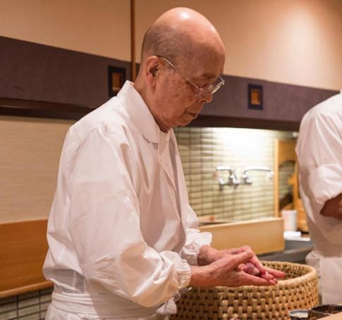 Tiệm sushi chỉ có 10 ghế mà Beckham, Obama cũng phải xếp hàng ghé thăm