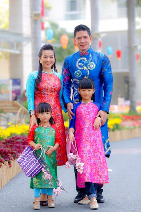 Vợ chồng Bình Minh và bí quyết giữ sức khỏe cho con trong ngày Tết.