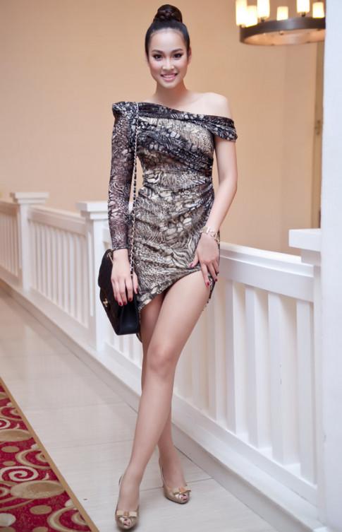 Vương Thu Phương gây thót tim với váy xẻ