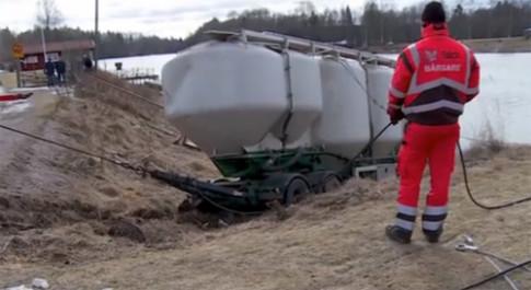 Xe tải 60 tấn rơi xuống sông khi qua cầu tải trọng 4 tấn