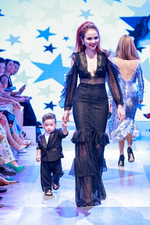 Diễm Hương đưa con trai lên sàn diễn của Adrian Anh Tuấn