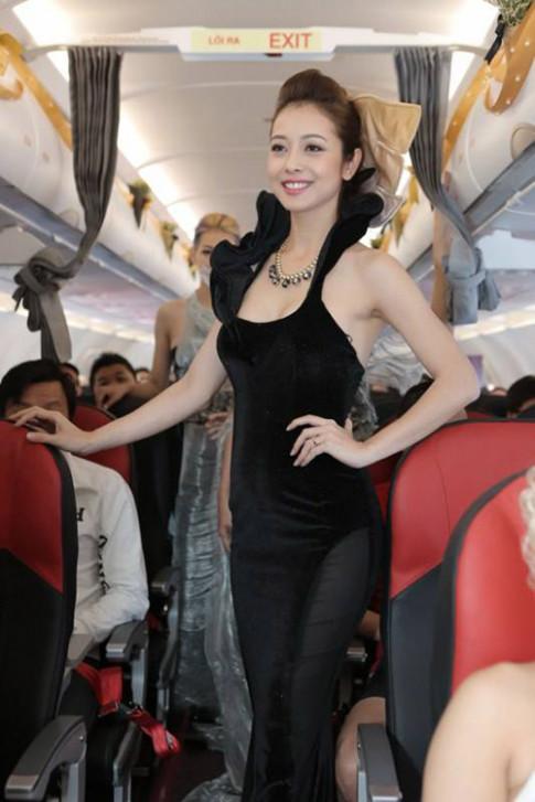 Jennifer Phạm gây sửng sốt khi diễn thời trang trên máy bay