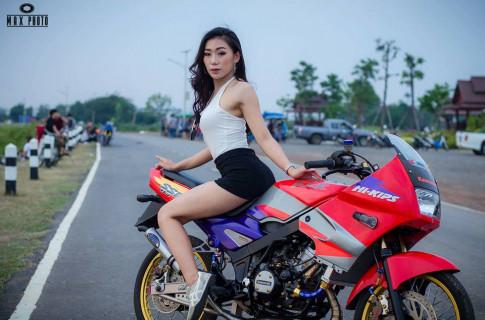Kawasaki Kips 150 độ yếu lòng trước bóng hồng sexy của biker Thailand