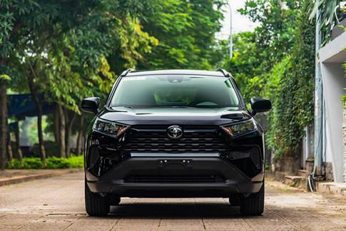 Soi chi tiết xe Toyota RAV4 bản tiêu chuẩn tại Việt Nam, có giá 2,3 tỷ đồng