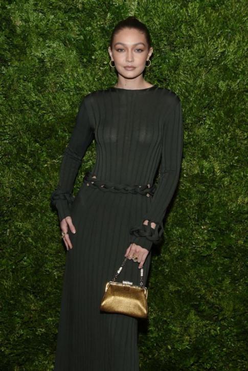 Gigi Hadid phạm lỗi trang phục phổ biến dưới đèn flash