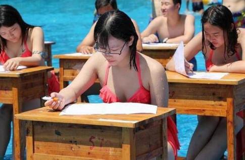Nữ sinh Trùng Khánh mặc bikini đi thi để chống gian lận?
