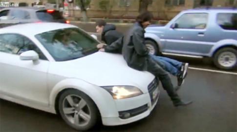 Nu tai xe Audi danh nguoi khi bi chan duong