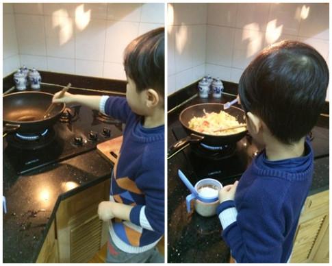 'Soái ca' 6 tuổi vào bếp nấu cơm tặng mẹ 8-3 hút nghìn like