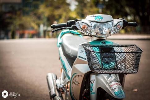 Sirius 110 độ mang vẻ đẹp giản đơn trên nền xanh ngọc bích của biker phố núi