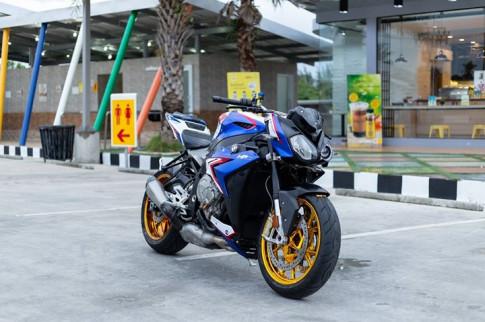 BMW S1000R nổi bật với tone màu xanh đặc trưng BMW Motorard