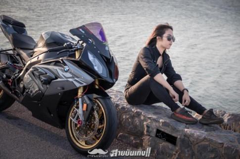 Đỏ mắt với Siêu mô tô BMW S1000RR đọ dáng với chủ nhân xinh đẹp