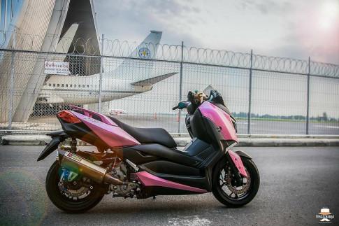 Yamaha X-Max300 lạ lẫm với style áo hồng cá tính