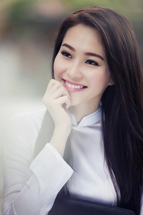 """Hoa hậu Thu Thảo đẹp """"mê mẩn"""" với áo dài nữ sinh"""