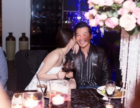 Trần Bảo Sơn cười hạnh phúc khi được Khánh My hôn